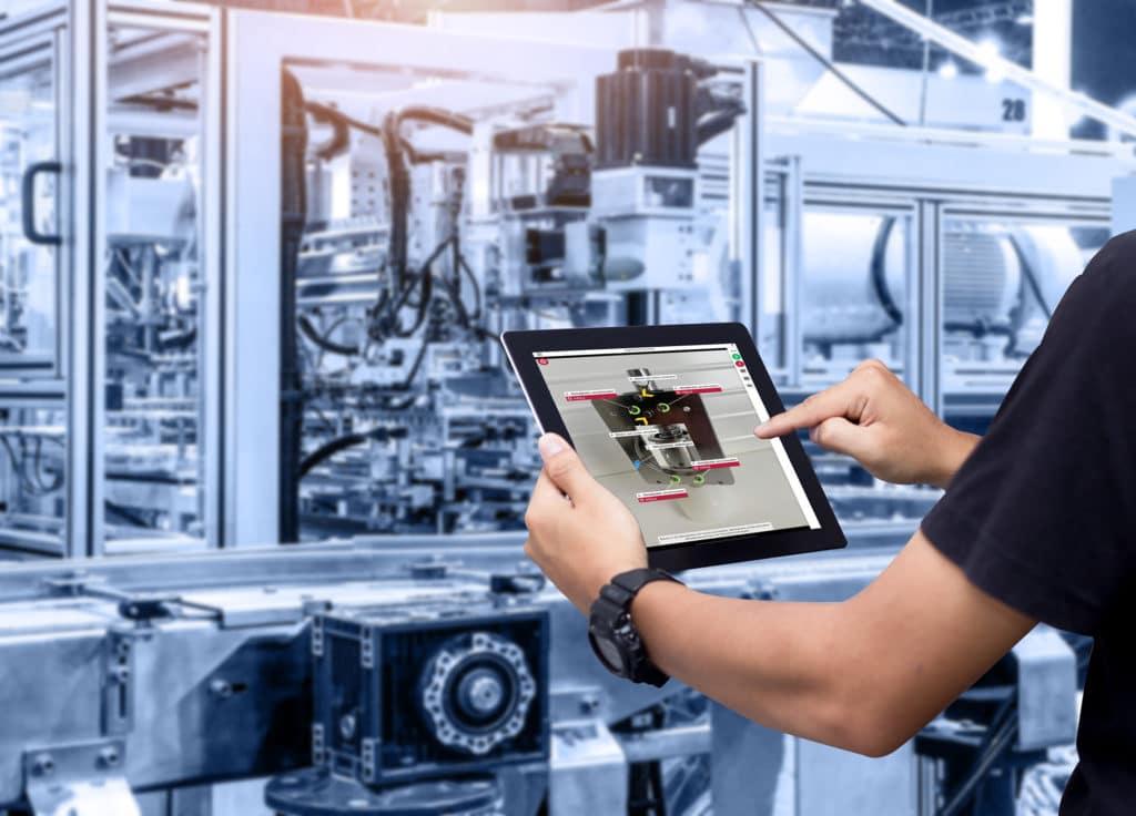 Mann mit augmented instructor vor Industrieanlage