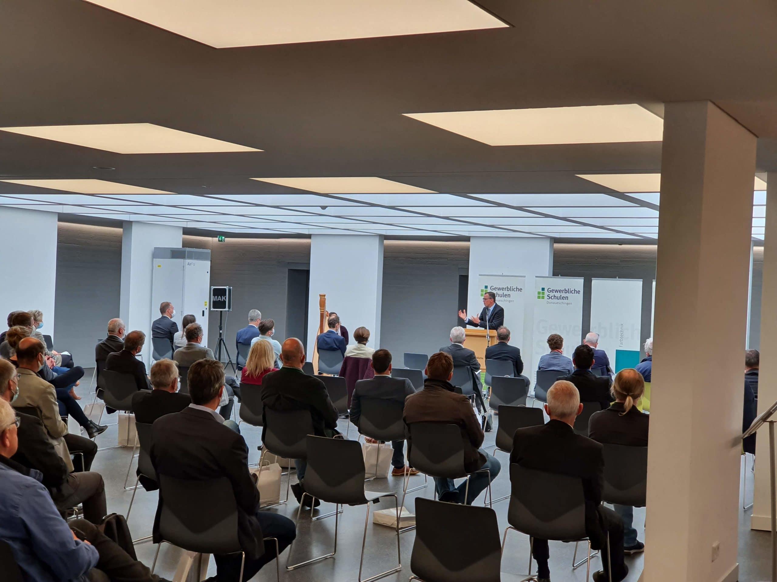 Diese Woche fand die feierliche Einweihung der Lernfabrik 4.0 in den Gewerblichen Schulen Donaueschingen statt, auf die wir uns in besonderem Maße gefreut haben.